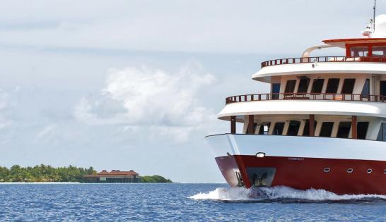 Le Théia près d'un atoll