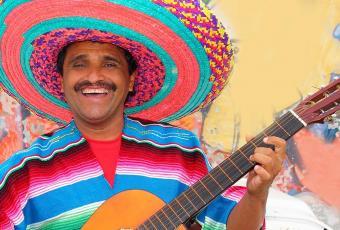Mexicain jouant de la guitare dans la rue
